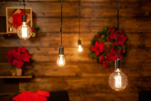 Atmosfera festiva de natal em uma bela casa. interior em madeira. vibe mágica.