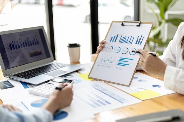Atmosfera na sala de reunião de uma startup, o diretor financeiro apresenta o resumo financeiro da empresa aos executivos. conceito de gestão financeira de empresas iniciantes.