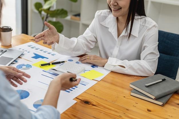 Atmosfera na sala de reuniões das startups, executivos e departamentos de vendas se reúnem para resumir as vendas para análise e planejamento. conceito de gestão de vendas da empresa inicial.