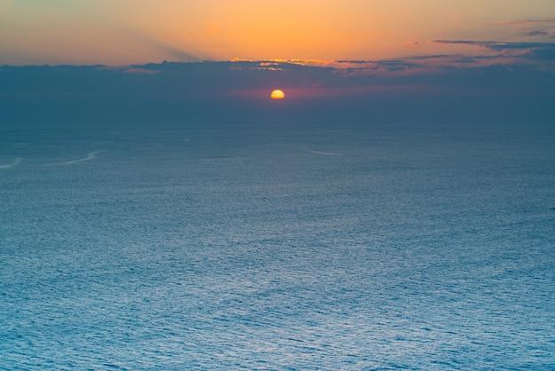 Atmosfera tranquila durante o nascer ou pôr do sol sobre o oceano.