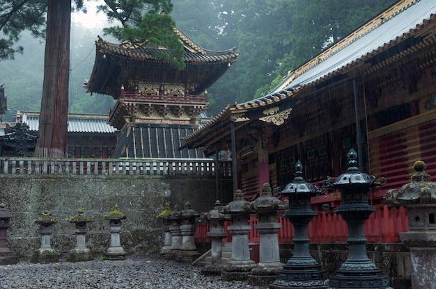 Atmosfera úmida e chuvosa no local do famoso santuário toshogu em nikko, japão