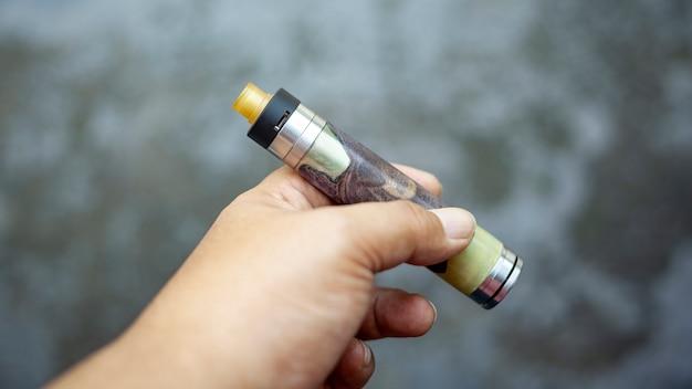 Atomizador de gotejamento rebuildable de ponta com mods de tubo mecânico de madeira estabilizada roxa híbrida na mão