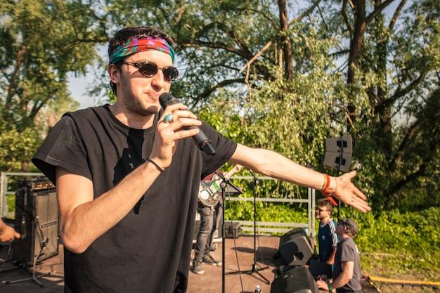 Ator se apresenta no palco em show ao ar livre