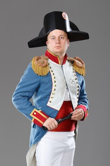 Ator vestido como napoleão.