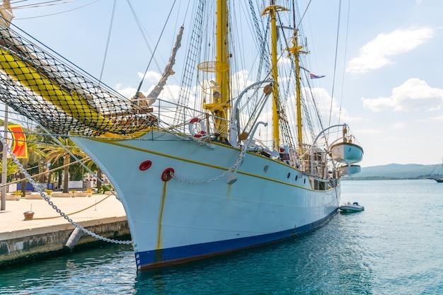 Atração atracada em porto montenegro - este é um iate vintage incomum.