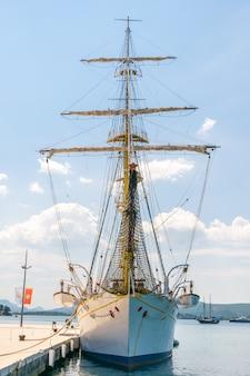 Atração atracada em porto montenegro