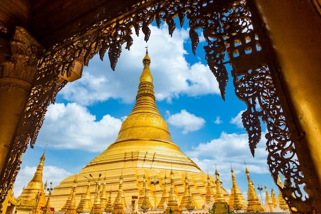 Atração de pagode na cidade de yagon com fundo azul céu