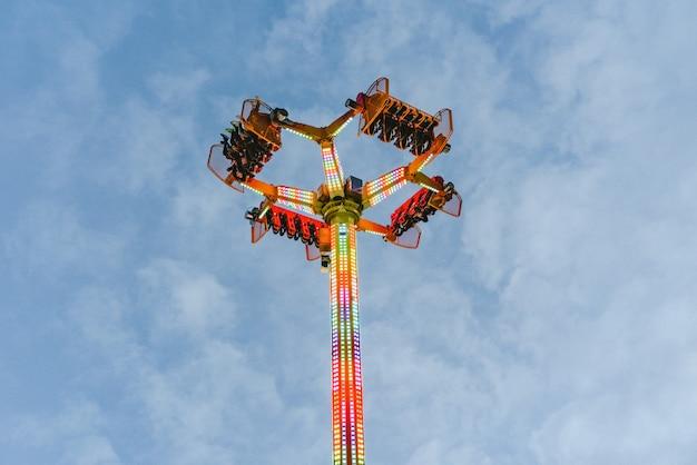 Atração do parque de diversões, conceito da velocidade e vertigem.