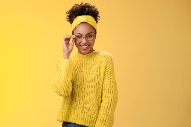 Atraente amigável programador carismático feminino desenvolvedor front-end sorrindo amplamente verificar óculos nariz parece confiante, sorte ter excelente ideia melhorar a funcionalidade do aplicativo, fundo amarelo permanente.
