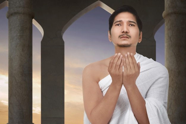 Atraente asiático muçulmano rezando a deus