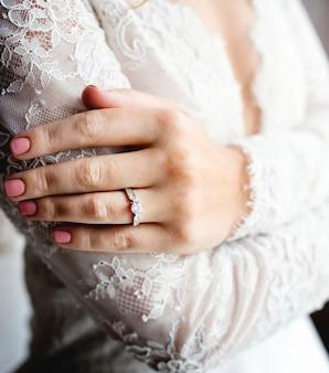 Atraente, bonito, noiva, mostrando, acoplamento, aliança casamento, ligado, mão