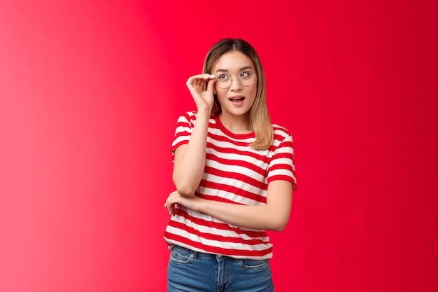Atraente criativa loira asiática feminina jornalista tem uma ótima ideia usar óculos, verificar eyewear nariz loo ...