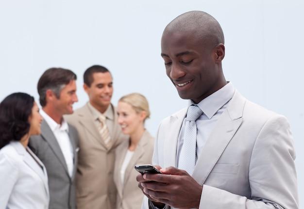 Atraente empresário afro-americano escrevendo uma mensagem