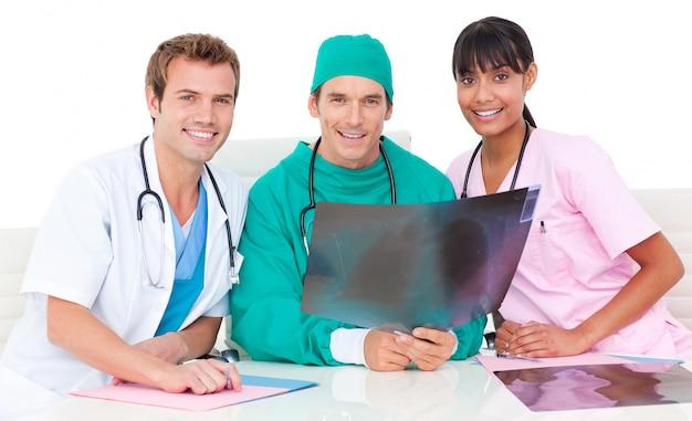 Atraente, equipe médica, olhar, xray