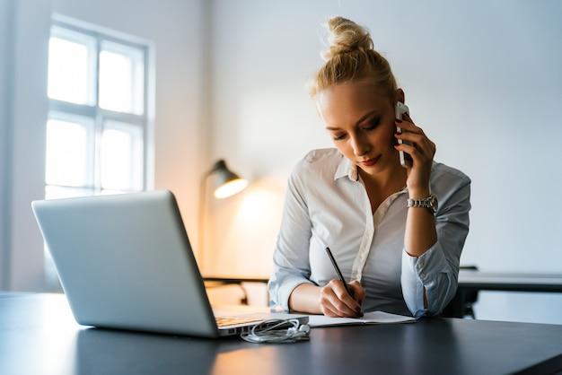 Atraente, executiva, trabalhando, em, um, escritório