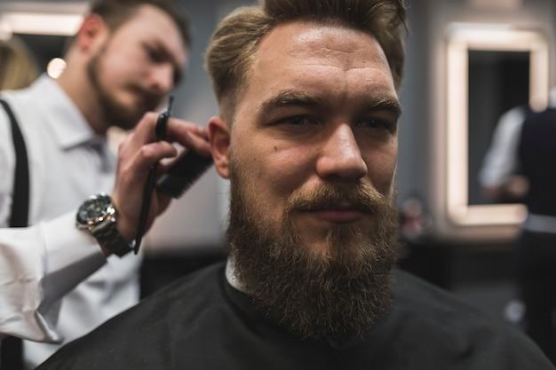 Atraente, homem, tendo, cabelo, corte