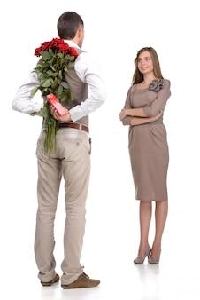 Atraente jovem casal apaixonado olhando uns aos outros.