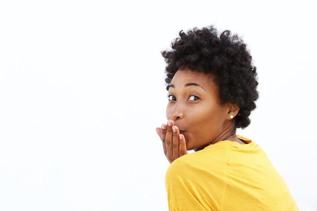 Atraente jovem mulher africana mandando um beijo