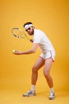 Atraente jovem tenista usando óculos