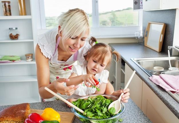 Atraente mãe e criança cozinhar