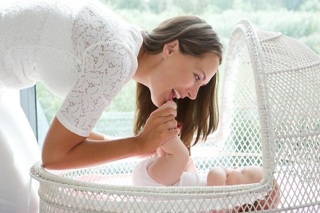 Atraente, mãe jogando, com, bebê berço