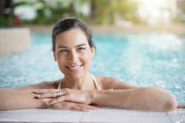 Atraente, morena, mulher relaxando, em, spa, piscina