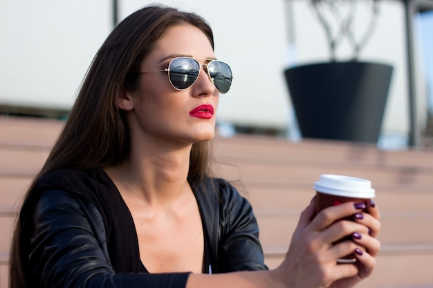Atraente, mulher, bebendo, café, sentando, escadas