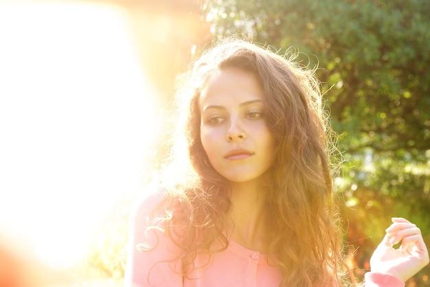 Atraente, mulher, com, cabelo longo, exterior, em, luminoso, luz solar