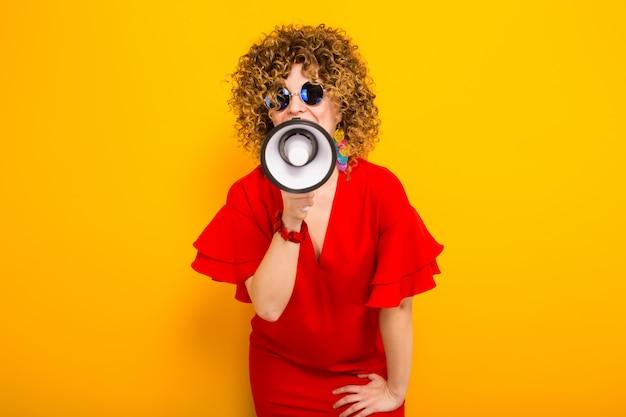 Atraente, mulher, com, cabelo ondulado, com, alto-falante