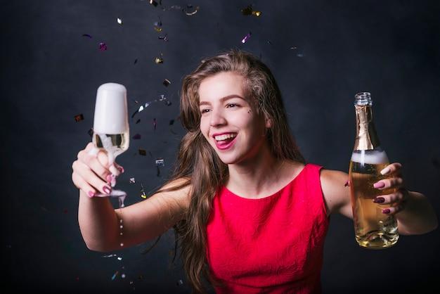 Atraente, mulher, com, gotejando, vidro champanha, em, partido