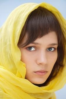 Atraente, mulher, com, véu, em, a, cabeça, um, sobre, experiência azul