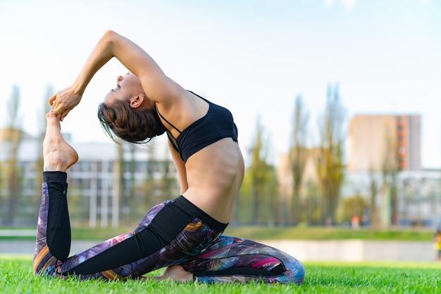 Atraente, mulher, desgastar, sportswear, ioga, com, deflexão, costas