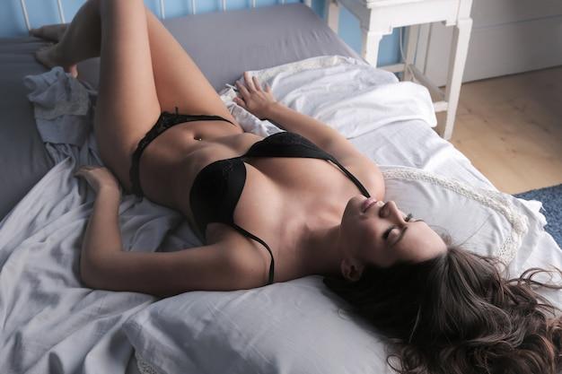 Atraente, mulher, em, langerie, cama