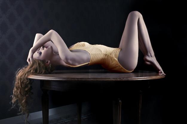 Atraente, mulher, em, lingerie, mentindo, ligado, um, tabela