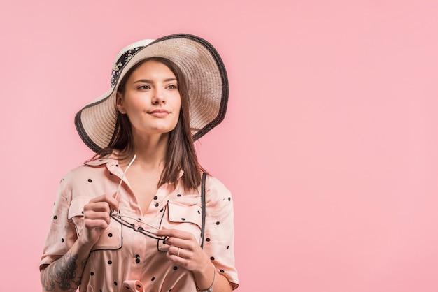 Atraente, mulher jovem, em, chapéu