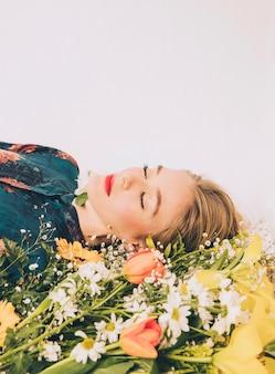 Atraente, mulher, mentindo, com, buquê, de, flores frescas