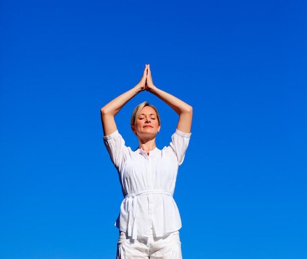 Atraente, mulher, prática, meditação