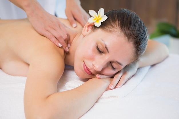 Atraente, mulher, recebendo, costas, massagem, em, spa, centro