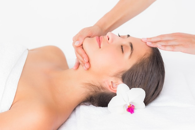 Atraente, mulher, recebendo, massagem cabeça, em, centro spa