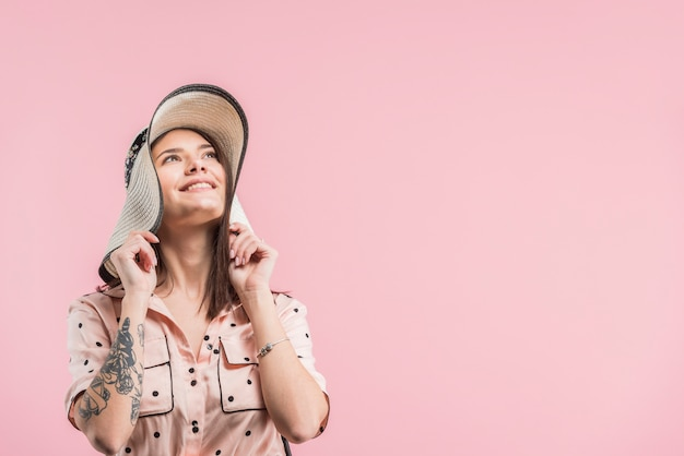 Atraente, mulher sorridente, em, chapéu