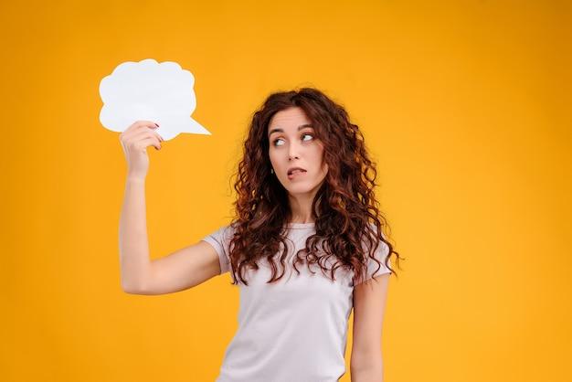 Atraente, mulher, tendo, um, pensamento, e, idéia, em, forma, de, nuvem branca, sobre, dela, cabeça