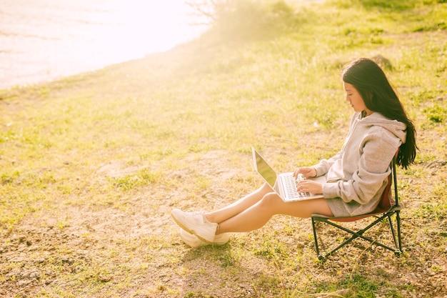 Atraente, mulher, trabalhando, remotamente, ao ar livre