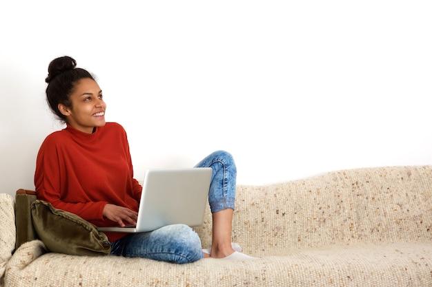 Atraente, mulher, usando computador, casa