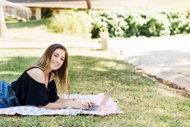 Atraente, mulher, usando computador portátil, parque