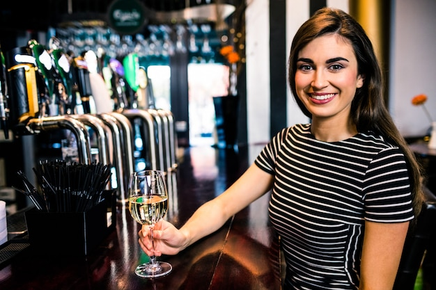 Atraente, mulher, vinho bebendo, um bar