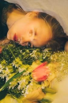 Atraente, sonhador, mulher, mentindo, com, buquê flores