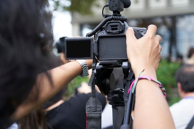 Atrás da câmera dslr está gravando vídeo.