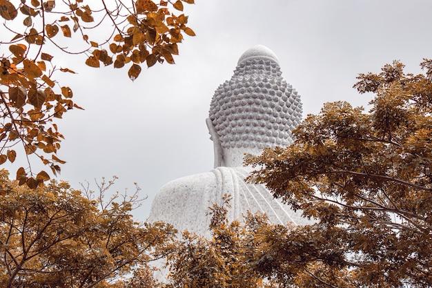 Atrás da famosa estátua grande branca de buda no topo de uma colina em phuket, tailândia