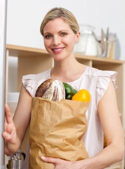 Atrativa, mulher, segurando, mercearia, saco