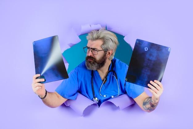 Através do papel, médico com raio-x, medicina, ossos, raios-x, ossos, foto de raio-x de um homem de radiografia de coluna
